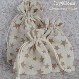 Stoffen cadeauzakjes met bruine sterren