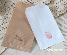 Papieren cadeauzakje met stempel, keuze uit 16 in vele kleuren