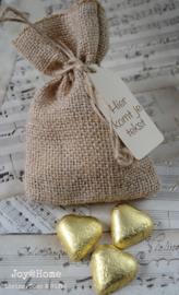 Jute zakje met chocolade hartjes goud en label eigen tekst