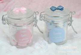 Geboortebedankje, weckpotje met snoephartjes, strikje en sticker in eigen kleur/tekst