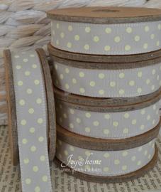 Kartonnen spoel met lint. Grijs/groen met crème stippen