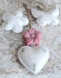 Wit zinken figuurtje met een zeepbloemetje in vele kleuren