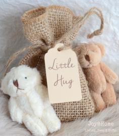 Een knuffel - beertje in een jute zakje met label, keuze uit 3