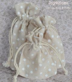 Stoffen cadeauzakjes met witte stippen