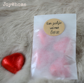 Pergamijn zakje, chocolade hartjes in 2 kleuren & sticker eigen tekst