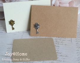 Kraft envelopjes sleutel & kaartje eigen tekst. In vele kleurtjes