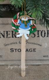Kersthanger lolly sneeuwpop met krans