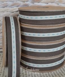 Kartonnen spoel met lint. Bruin/offwhite met blauwe streepjes
