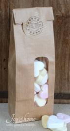 Kraft zakje gevuld met snoephartjes met sticker naar keuze