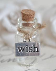 Miniatuur glazen flesje met Wish bedel