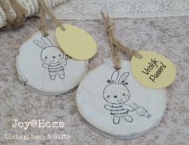 Houten schijfje met konijntje en ei label eigen tekst in vele kleuren