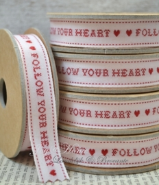 Kartonnen spoel met lint. Follow your heart, wit/rood