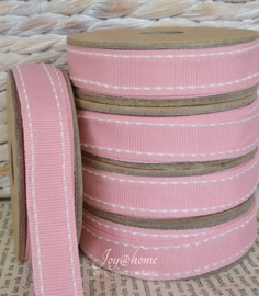 Kartonnen spoel met lint. Roze met wit stiknaadje
