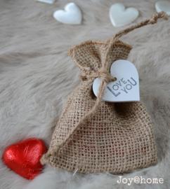 Jute zakje, chocolade hartjes en houten hartje met stempel naar keuze
