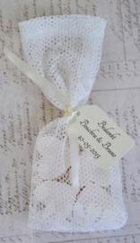 Bedankje, 4 zeephartjes in een kanten zakje met lintje & label in vele kleurtjes