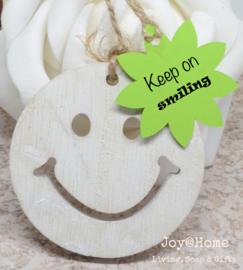 Houten smiley met bloem label tekst en kleur naar keuze