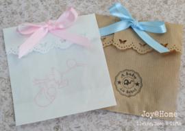 Bruin of wit cadeauzakje met stempel naar keuze & strik