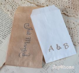 Papieren cadeauzakje met stempel, keuze uit 26 in vele kleuren