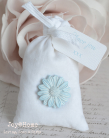 Zakje zeepschaafsel met poly bloem en label eigen tekst