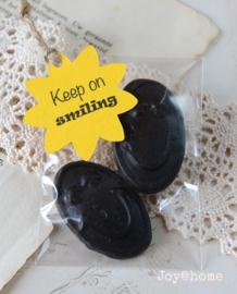 Zakje met drop giechels & label Keep on smiling in vele kleuren