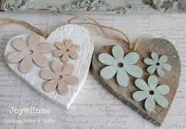 Houten hartje met bloemen