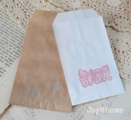 Papieren cadeauzakje met stempel, keuze uit 18 in vele kleuren