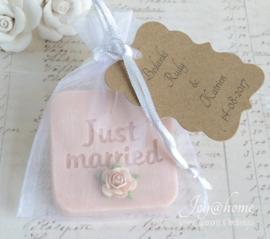 Trouwbedankje. Zakje, zeepje just married, roosje & label in vele kleurtjes