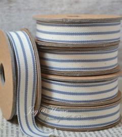 Kartonnen spoel met lint. Offwhite met een blauw streepje