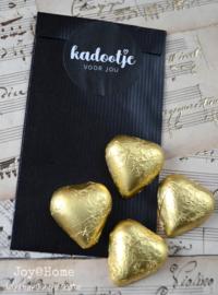 Zwart zakje, sticker kadootje en 4 gouden chocoladehartjes