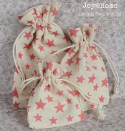 Stoffen cadeauzakjes met roze sterren