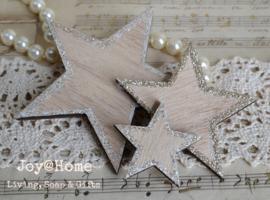 Houten sterren lichtbruin met zilveren glitters