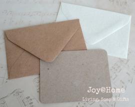 Kraft envelopjes met kaartje/eigen tekst. In vele kleuren