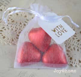 Organza zakje, chocolade hartjes in 2 kleuren, label & stempel naar keuze