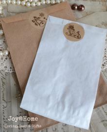 Papieren kraft cadeauzakje bruin of wit met sticker, keuze uit 9