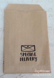 Papieren kraft cadeauzakje bruin of wit met stempel, keuze uit 9