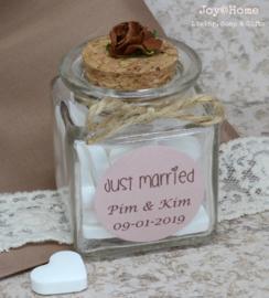 Bruiloftbedankje. Glazen potje met snoephartjes, sticker en touwtje