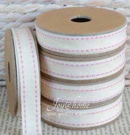 Kartonnen spoel met lint. Offwhite met roze stiknaadje
