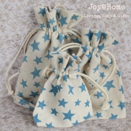 Stoffen cadeauzakjes met blauwe sterren