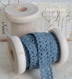 Houten klos met 3 mtr. oud blauw kant