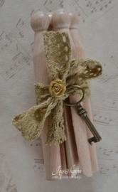 Ouderwetse houten knijpers met een kantje, roosje & sleutel