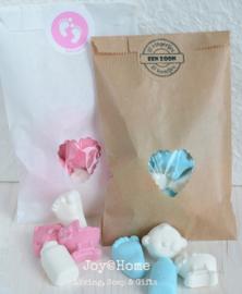 Baby snoepjes in een kraft zakje met sticker naar keuze