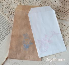 Papieren cadeauzakje met stempel, keuze uit 12 in vele kleuren