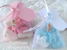 Baby snoepjes in een zakje met label en gelukspoppetje