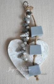 Zeepketting houten hartje, zeepblokjes & schelpen in vele kleurtjes