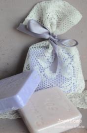 Cadeauzakje van kant met zeepblokje en lintje