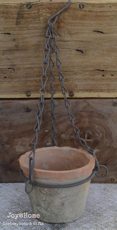 Terracotta plantenpotje aan een ketting