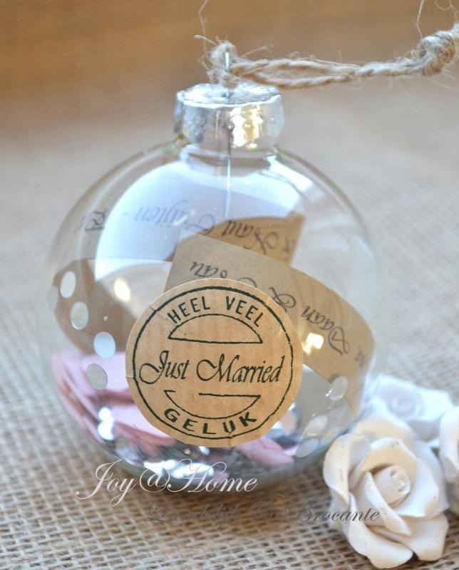 Glazen bal met sticker en strookje papier met eigen tekst