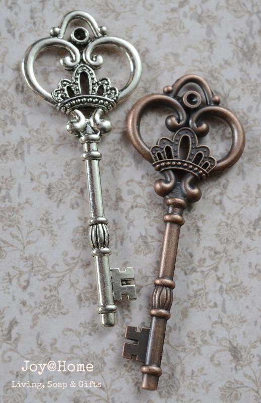 Vintage sleutel in 3 kleuren met label & stempel naar keuze