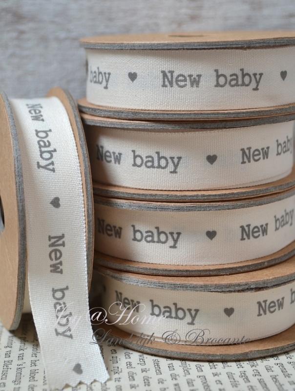 Kartonnen spoel met lint. New baby, offwhite/grijs