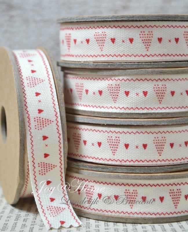 Kartonnen spoel met lint. Offwhite met rode hartjes